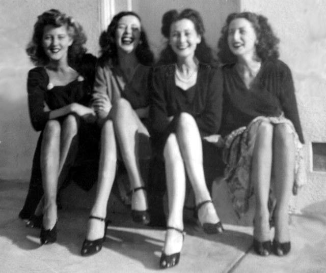 Rosamonds 1942 Lilian, Bonnie, June & Rosemary on Step 1